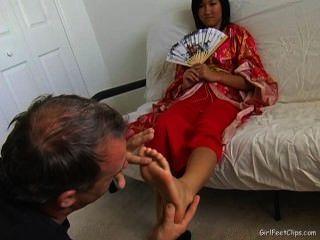 एशियाई लड़कियों की पूजा छोटे पैरों