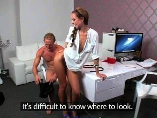 महिला एजेंट कार्यालय में सोफे पर गड़बड़