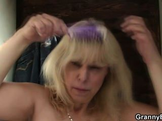 पुराने सुनहरे बालों वाली सार्वजनिक बदलते कमरे में गड़बड़ हो जाता है