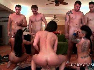 नंगा नाच पर घुटनों पर कॉलेज लोड शाफ्ट खाने पर्नस्टारों