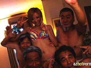 जापानी नौकरानी गंदा पुराने पुरुषों द्वारा गड़बड़