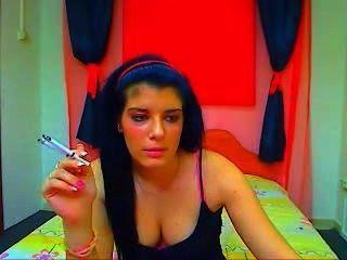 वेब कैमरा लड़की एक बार # 2 पर 2 सिगरेट धूम्रपान