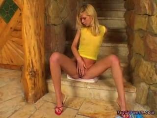 हस्तमैथुन सेक्सी जाँघिया में सुनहरे बालों वाली लड़की