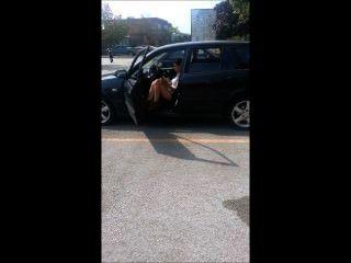 लड़की कार में धूम्रपान