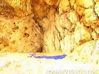 टॉपलेस समुद्र तट पर विशाल स्तन