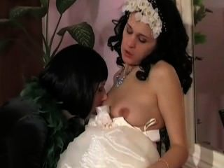 पुराने युवा समलैंगिक मां दुल्हन