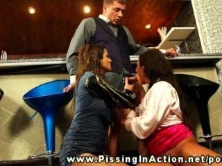 बर्मन दो लड़कियों पर pisses