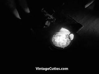 संचिका बालों वाली लड़की अंधेरे में नग्न नृत्य