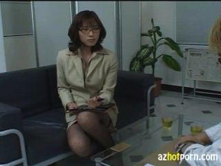 भद्दा एशियाई महिला वकील शर्मिंदा