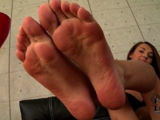 एलेक्सिस उसे युवा पैर की उंगलियों और तलवों दिखा ब्रिल