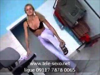 सुंदर सुनहरे बालों वाली लड़की undressing www.tele-sexo.net 09117 7878 0065