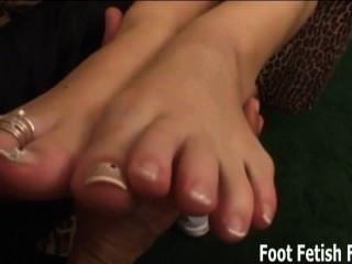 चाटना और हमारे पैर की उंगलियों आप छोटी कुतिया पर चूसना