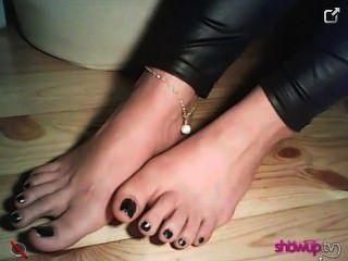 znamiona फीता मोज़े में और उनके बिना उसे युवा पैर से पता चलता है