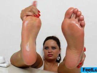 एक रसदार श्यामला राजकुमारी की भयानक नंगे पैर शो
