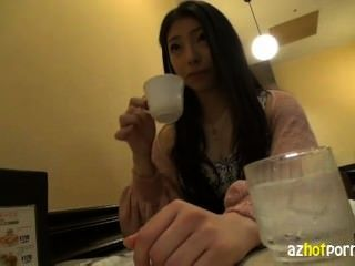 आज्ञाकारी एशियाई लड़की भद्दा पालतू जानवर के प्रशिक्षु