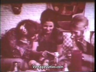 तीन लड़कियों को गर्म बिल्ली खाने की पार्टी