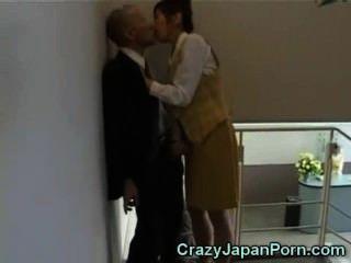 टोक्यो कार्यालय में पागल handjob!