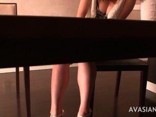 बालों वाले जापानी लड़कियों के एक गहन संभोग सुख मिलता है