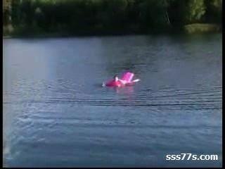 झील पर किशोरों की जोड़ी