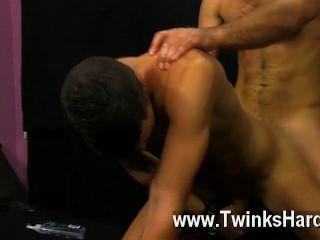 समलैंगिक सेक्स ऑस्टिन उसकी चिकनी लैटिन गधा paddled जब तक यह उज्ज्वल बदल जाता है
