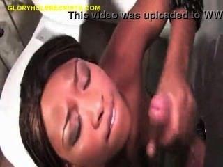 gloryhole पर काले रंग की लड़की