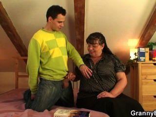 वह उसके बड़े स्तन और वसा योनी के साथ एक आदमी को प्रसन्न