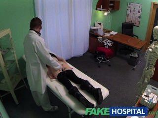 सुंदर किशोरों पर FakeHospital जासूस धीरे धीरे बहकाया और creampie लेता है