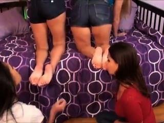 आईडब्ल्यूएफ, छोटा सा कदम-बहनों के पैर गंध करने के लिए है