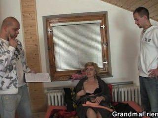 सेक्स के खिलौने और शरारती दादी के लिए दो लंड