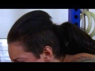 क्रिस्टी मैक बुलबुला बट के साथ seduces