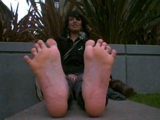 जूते के गर्म बदबूदार पैर ताजा बाहर के साथ सुंदर लड़की