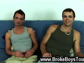 समलैंगिक बकवास Diesal और हारून futon पर वापस बैठ गए और हारून के रूप में था
