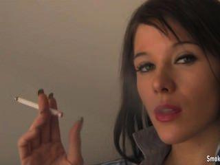 एक और धूम्रपान महिला