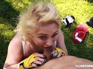 रानी बीबीडब्ल्यू सामन्था 38g स्तन के साथ मुक्केबाजी शिक्षक बाहर दस्तक देता है