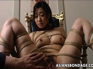 चरम बंधन और एक एशियाई लड़की के लिए dildo बकवास