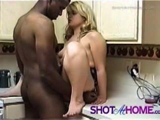 गर्म गोरा उसे छेद रसोई घर में गड़बड़ हो जाता है