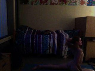 किशोर नग्न योग का अभ्यास