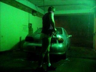 एक डायपर और शर्ट में मेरी कार धोने
