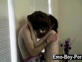 गर्म समलैंगिक सेक्स सीन उसकी चिलचिलाती वीडियो के लिए जाना जाता रहा है, लेकिन यह एक है