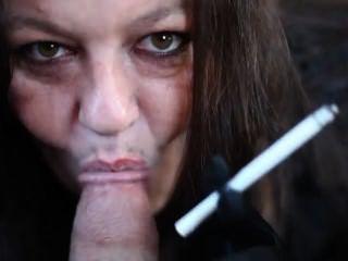 पृथ्वी पर सबसे कामुक धूम्रपान महिलाओं में से एक