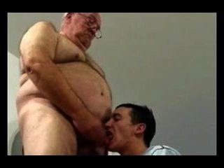 दादा और युवा लड़के