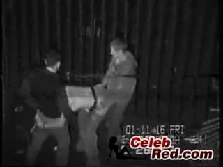 नशे में लड़की की वास्तविक सुरक्षा कैमरे टेप एक गली में गड़बड़