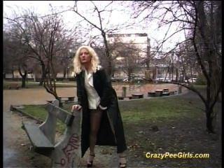 प्यारा पागल किशोर सार्वजनिक स्थानों पर पेशाब करने के लिए प्यार करता है
