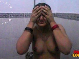 सेक्सी बड़े स्तन भारतीय पत्नी सोनिया शॉवर लेने के पति द्वारा दर्ज