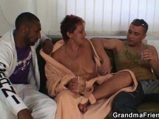 शरारती दादी एक बार में दो डिक्स लेता है