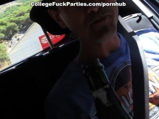 टॉपलेस लड़कियों गर्म कॉलेज कमबख्त आउटडोर के लिए पुरुषों के साथ छेड़खानी