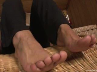 बदबूदार मोजे में गर्म पैर