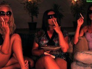 3 सेक्सी महिला धूम्रपान
