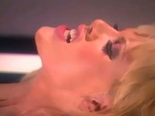 लाल जांघ उच्च मोज़ा में बड़े स्तन कमबख्त के साथ गोरा ग्लैमर बेब