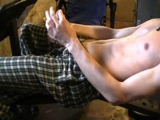 मुंडा आदमी काम से बाहर होने के बाद हस्तमैथुन।